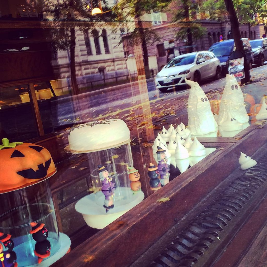 Besides October being my birthday month, there're many other reasons why I love this month! #halloween #autumn #ekberg @ekberg1852 #cakes #marzipan #creativity #cakeart #dispaly #window #visithelsinki