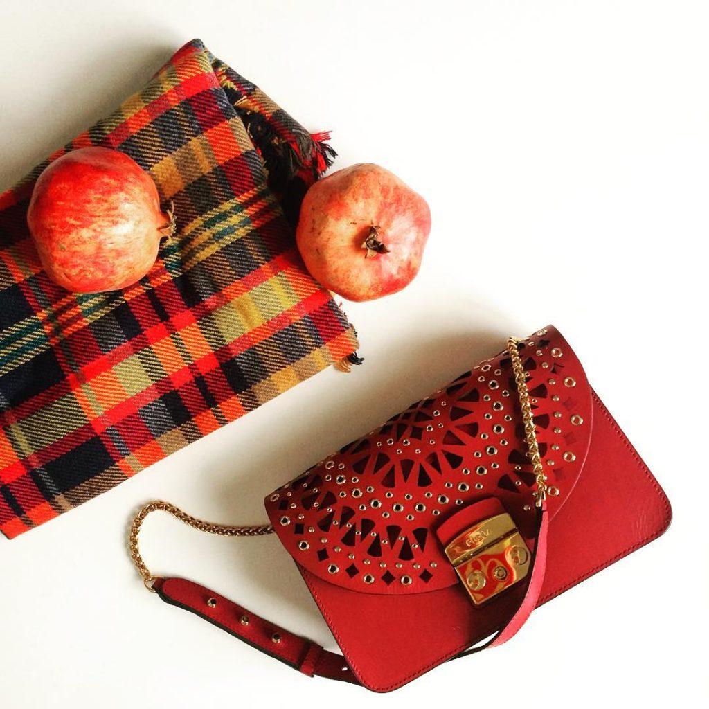 My current favorites ! #fallfashion #autumn #autumncolors #blanketscarf #scarf #furla #furlabag #red #pomegranate #flatlay #instadaily #instafashion #instagood #details #spaltpr #ilymix #photographer #photooftheday #inspiration #october #plaid #entrepreneur