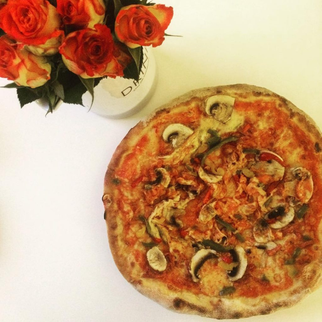 Because it's Sunday! #pizzatime #pizza #sundayfunday #veggiepizza #weekend #igdaily #igers #instagood #instadaily #instagram #instacool #mushrooms #foodie #foodstagram #instafood #athome #fooddelivery #wolt #woltapp #heleats #roses #flowerstagram #abmlifeiscolorful #thatsdarling #photooftheday
